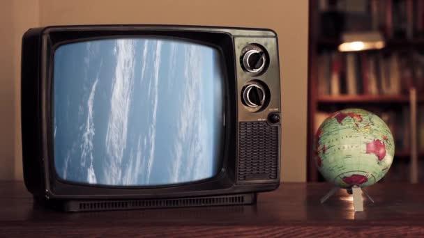 Retro Television Bad Signal-nal és egy földi földgömb térképpel. A NASA által biztosított videó elemei.
