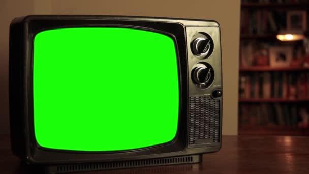 TV-készülék zöld képernyővel a nappaliban. Közelíts rá. Kicserélheti a zöld képernyőt a felvételre vagy képre, amit akar. Meg tudod csinálni a Keying hatás After Effects vagy bármely más videó szerkesztő szoftver (nézd meg útmutatók a YouTube-on).