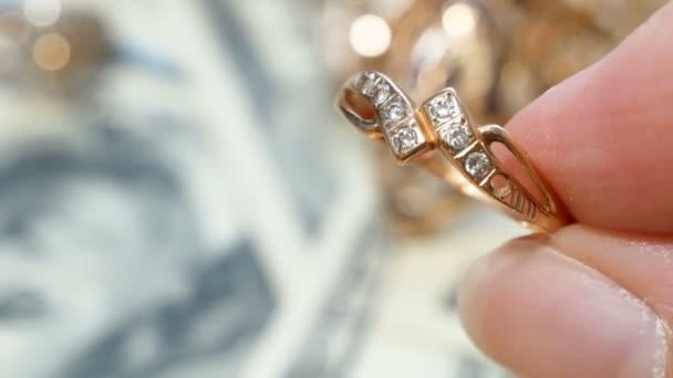 mnoho zlatých a stříbrných šperků a peněz, koncept zastavárny, koncept klenotnictví
