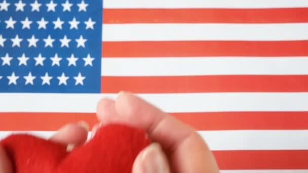 Národní americká vlajka a srdce. Americký měsíc srdce v únoru. Koncept