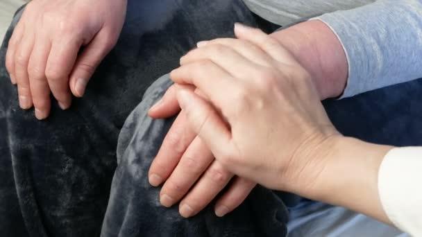 Hände des Arztes halten Patientenhände als Ausdruck von Fürsorge und Unterstützung, Nahaufnahme