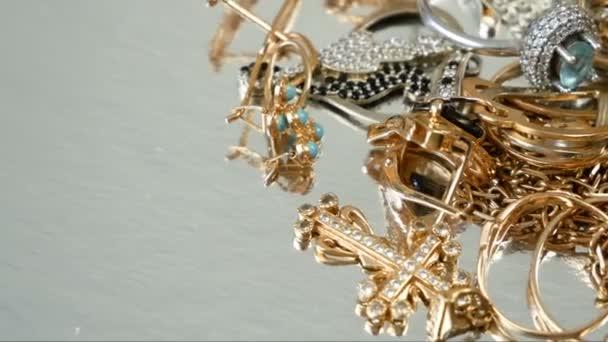 mnoho různých zlatých a stříbrných šperků v zastavárně klenotnictví, detailní