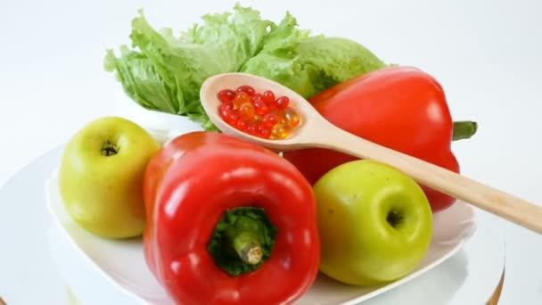 zdravé jídlo (zelenina, ovoce) vs pilulky koncept, detailní záběr