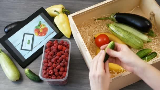 Ekologické Zelenina a ovoce v bavlněné tašce a tabletu ks, online trh, zelené dodávky potravin doma koncept, detailní záběr