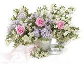 Cartolina dauguri con le rose rosa e lilla isolato su bianco