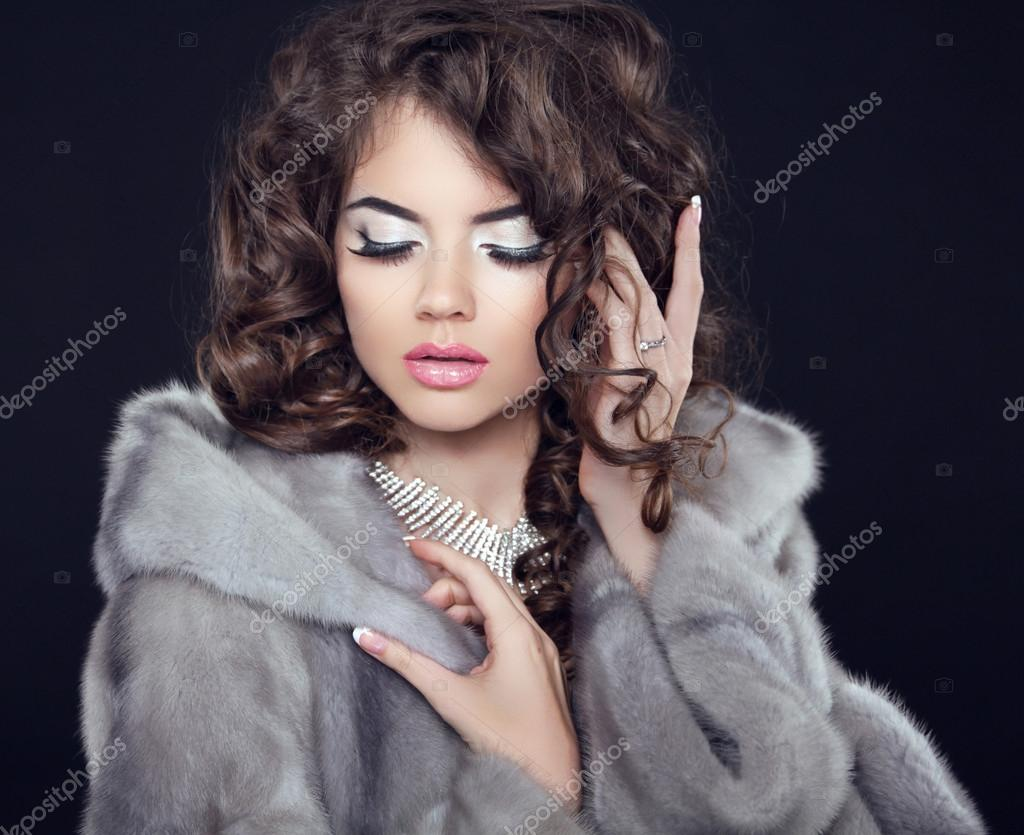Winter Beauty fashion girl model in mink fur coat, makeup and lo