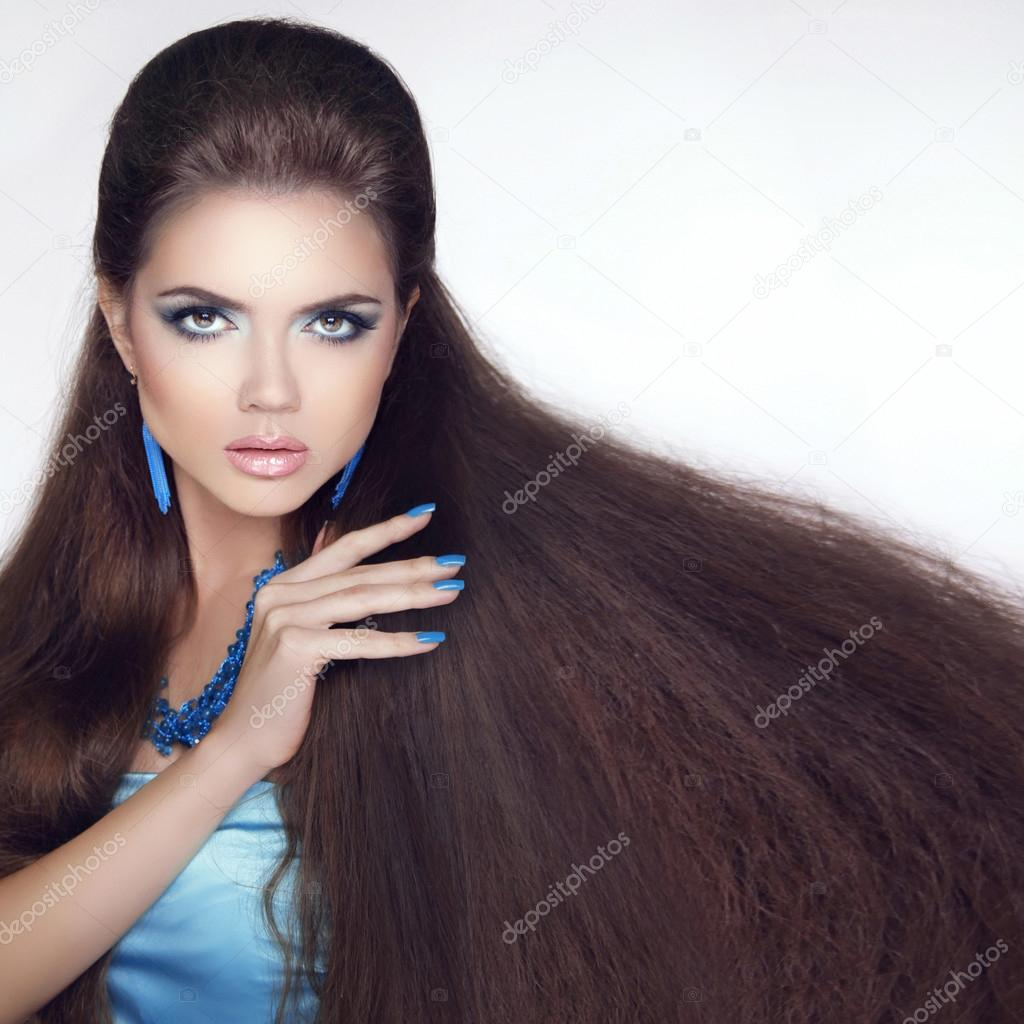 Healthy Long Hair. Beautiful Brunette Girl. Beauty makeup. Fashi