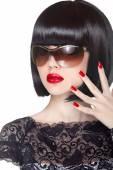 Make-up a pěstěné polskými hřebíky. Módní bruneta žena wearin