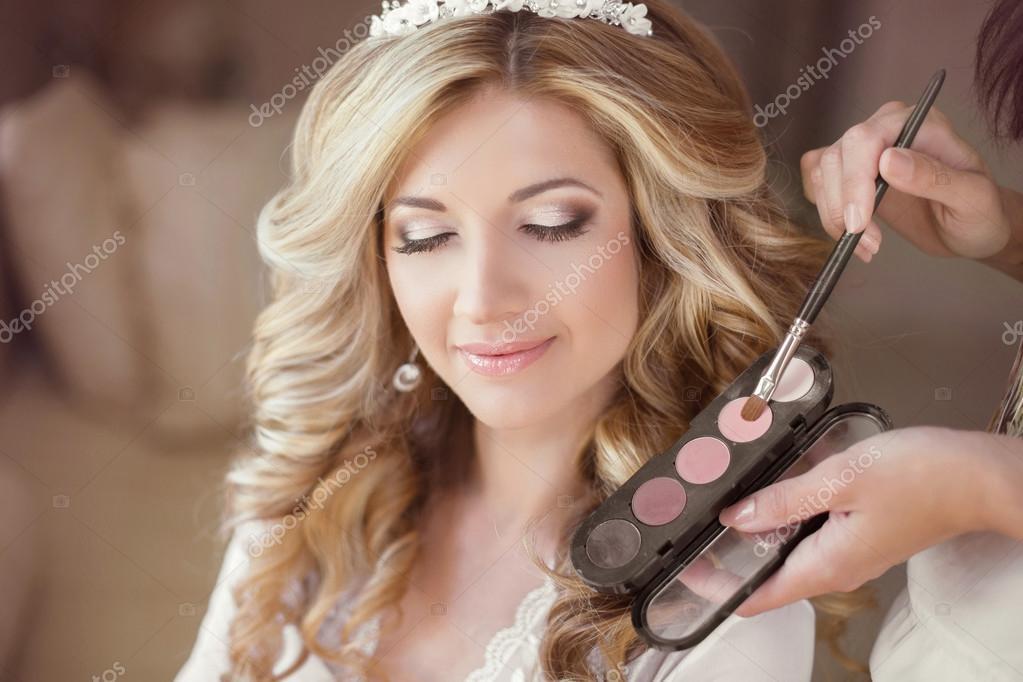 0eace6e0ce6a5a Дівчата красиві нареченої з весілля макіяж і зачіску. Стиліст дозволяє макіяж  нареченої в день весілля. портрет молодої жінки на ранок.