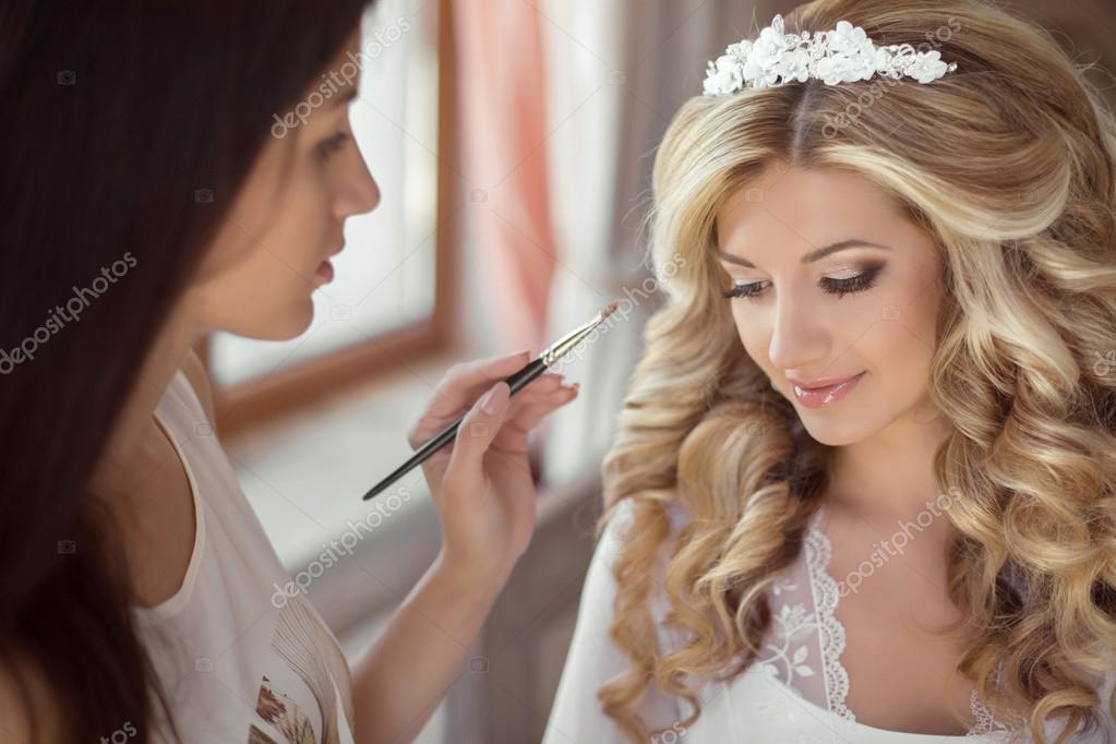 f84c9fe7febe84 Красива наречена Весільний макіяж і зачіску. Стиліст дозволяє макіяж  нареченої в день весілля. портрет молодої жінки на ранок — Фото від  VictoriaAndrea