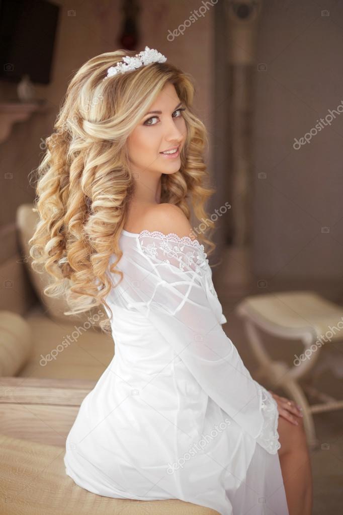 83e3b73a2e4f1a Красиві усміхнений girl нареченої з давно блондинка фігурні зачіска і Весільний  макіяж постановки на день весілля. критий портрет. — Фото від VictoriaAndrea