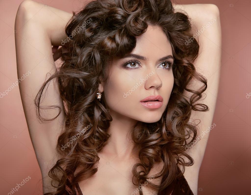 Welliges Haar Attraktive Madchen Mit Make Up Geschweifte Frisur