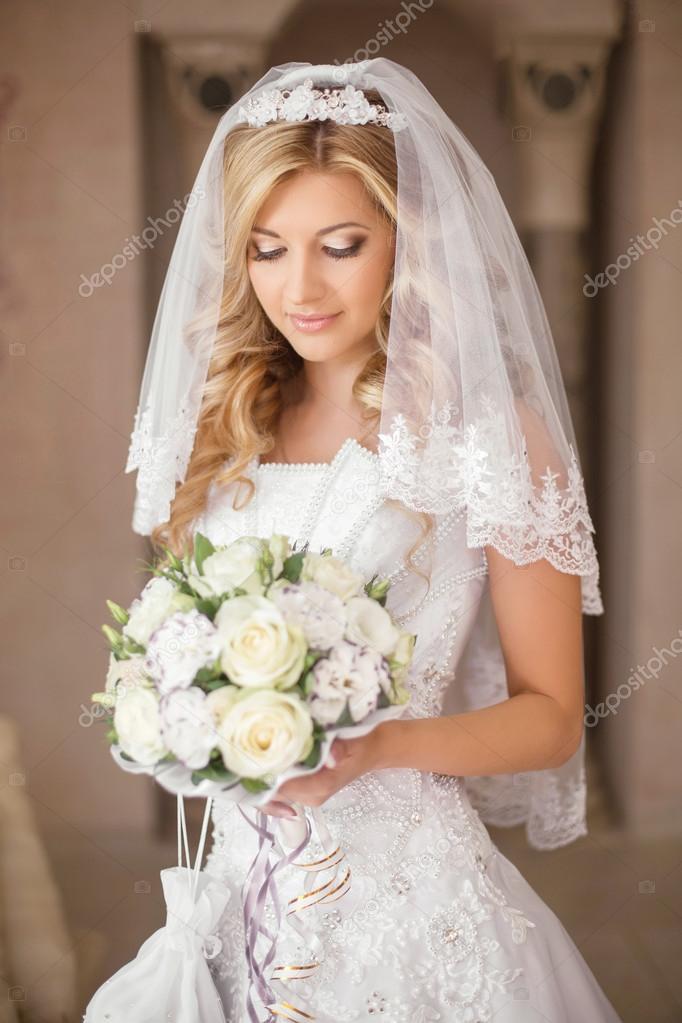 54d474cd83738f Жінка красива наречена з букетом квітів, Весільний макіяж і зачіску, фату.  Дівчина носити у постановці біле Весільне плаття. критий портрет — Фото від  ...