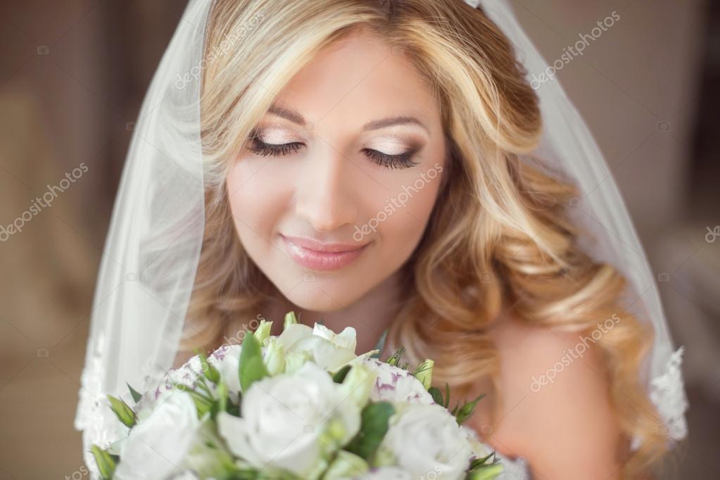ff0853f495f419 Красива наречена з весільний букет квітів. Макіяж. Блондинка фігурні зачіска.  Усміхаючись молода жінка — Фото від ...