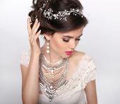 Fényképek ékszerek. Csodálatos divat luxus frizura, smink. Szépség port