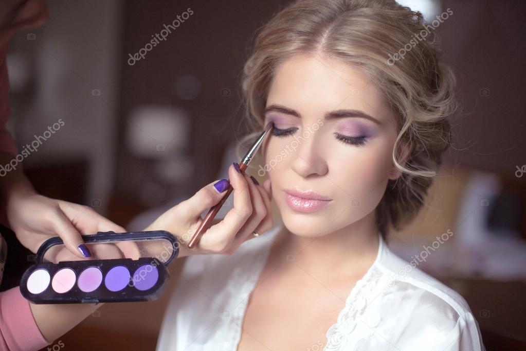 9a8d6f597e6f41 Красива наречена Весільний макіяж і зачіску. Стиліст дозволяє макіяж  нареченої в день весілля. портрет молодої жінки на ранок. — Фото від  VictoriaAndrea