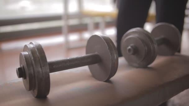 athletischer Mann im Fitnessstudio