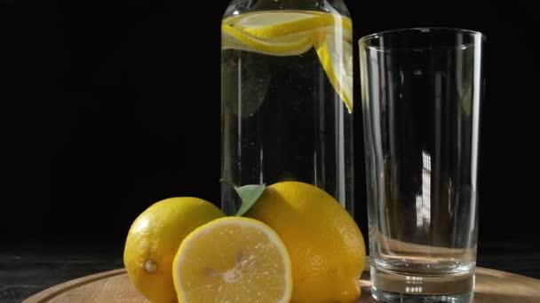 Egy üveg hideg limonádé sötét háttérrel