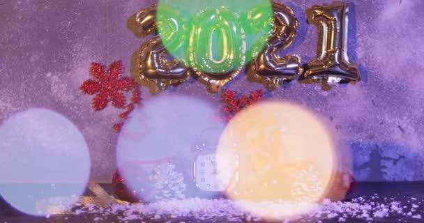 Alarm hodiny, sníh, dárek a novoroční výzdoba na stole