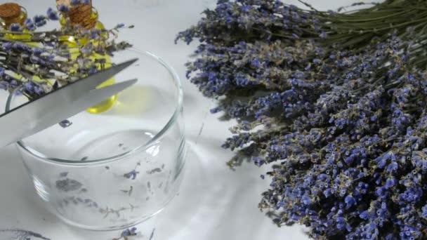 Řezání suchých levandulových květin do skla na stole