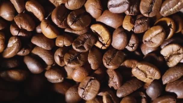 Hromada pražených kávových zrn, pohled shora