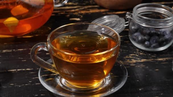 Šálek horkého čaje na stole
