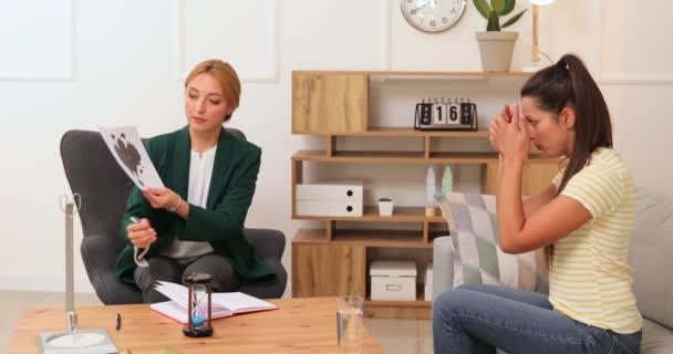 Psychologin arbeitet mit junger Frau im Büro