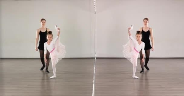 Kis balerina edzés az edzővel a táncstúdióban