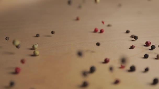 Padající pepř kukuřice na dřevěném pozadí