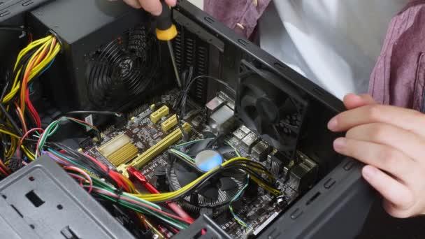 Techniker repariert Computer im Service Center, Nahaufnahme