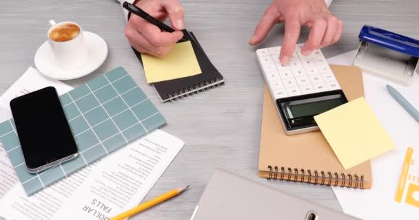 Muž pracující u stolu v kanceláři