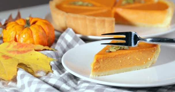 Jíst chutný dýňový koláč u stolu