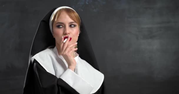 Sexy jeptiška kouření cigarety na tmavém pozadí
