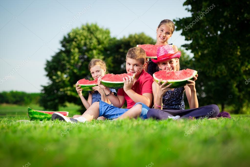 Дети сидящие в арбузе фото