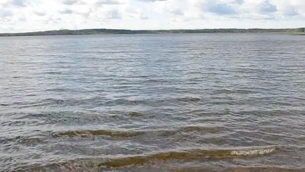 Vlny na hladině jezera.