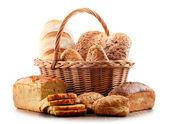 Proutěný koš s nejrůznější pekařské produkty izolovaných na bílém