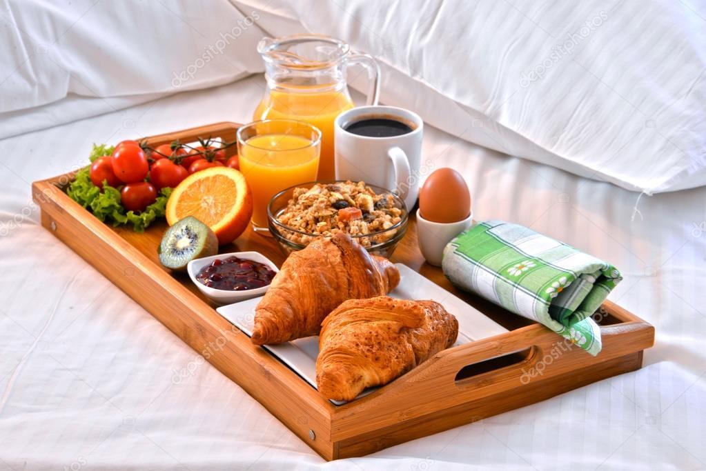 Bandeja de desayuno en la cama en habitaci n de hotel fotos de stock monticello 106026616 - Bandeja desayuno cama ...