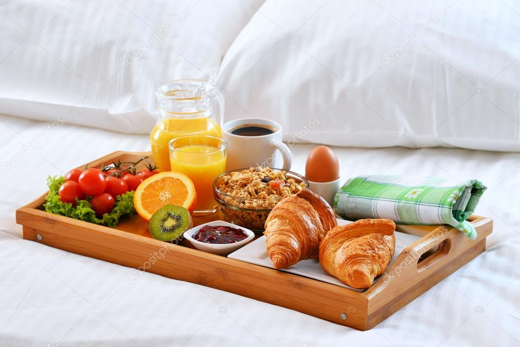 Bandeja de desayuno en la cama en habitaci n de hotel foto de stock monticello 106027142 - Bandeja desayuno cama ...