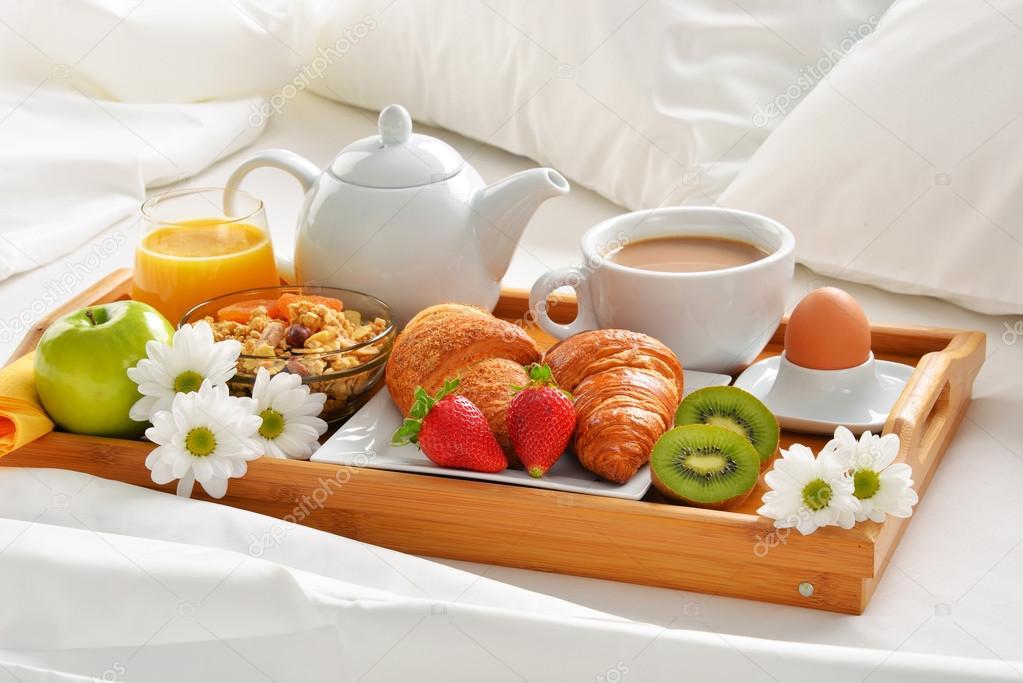 Bandeja de desayuno en la cama en habitaci n de hotel - Bandeja desayuno cama ...