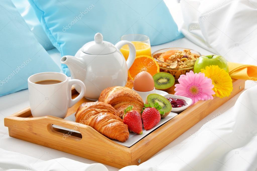 Vassoio della colazione a letto nella camera d 39 albergo - Vassoio colazione letto ...
