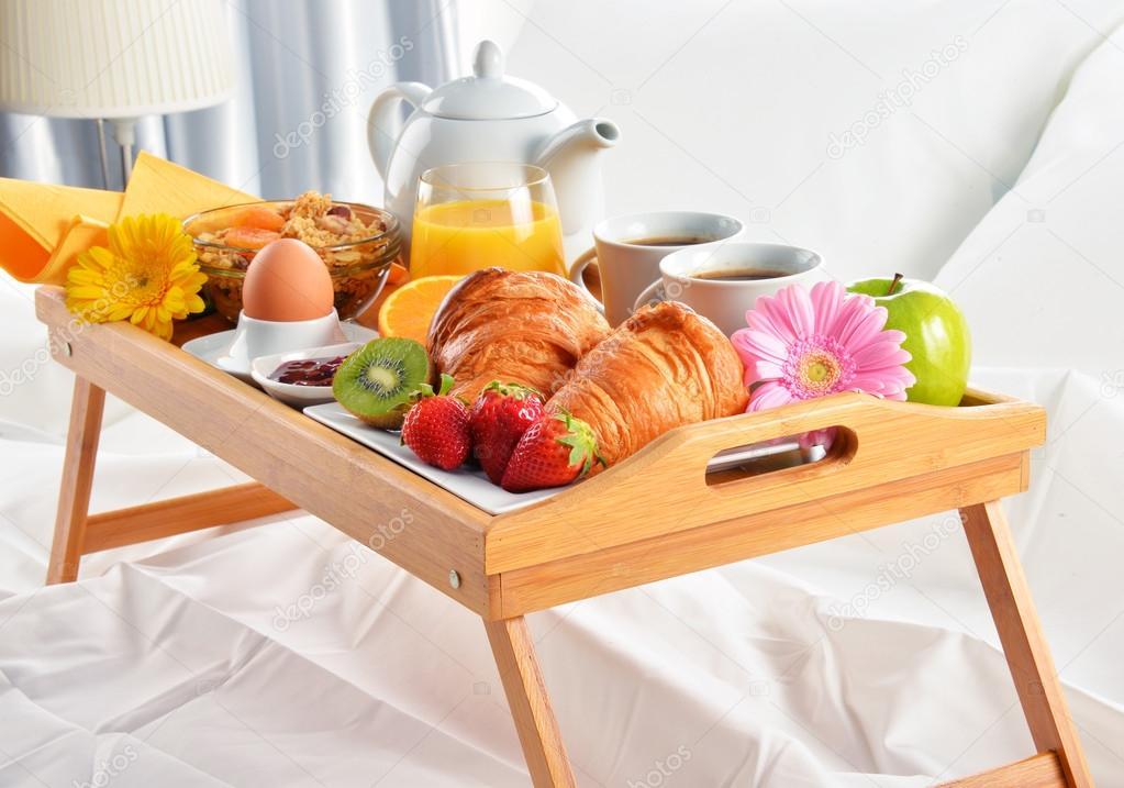 Bandeja de caf da manh na cama no quarto de hotel fotografias de stock monticello 108908284 - Bandeja desayuno cama ...