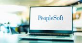 POZNAN, POL - 6. Februar 2021: Laptop mit Logo von PeopleSoft, einem Softwareentwickler, der seit 2005 im Besitz der Oracle Corporation ist