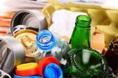 Álló üveg, műanyag, fém és papír újrahasznosítható szemetet