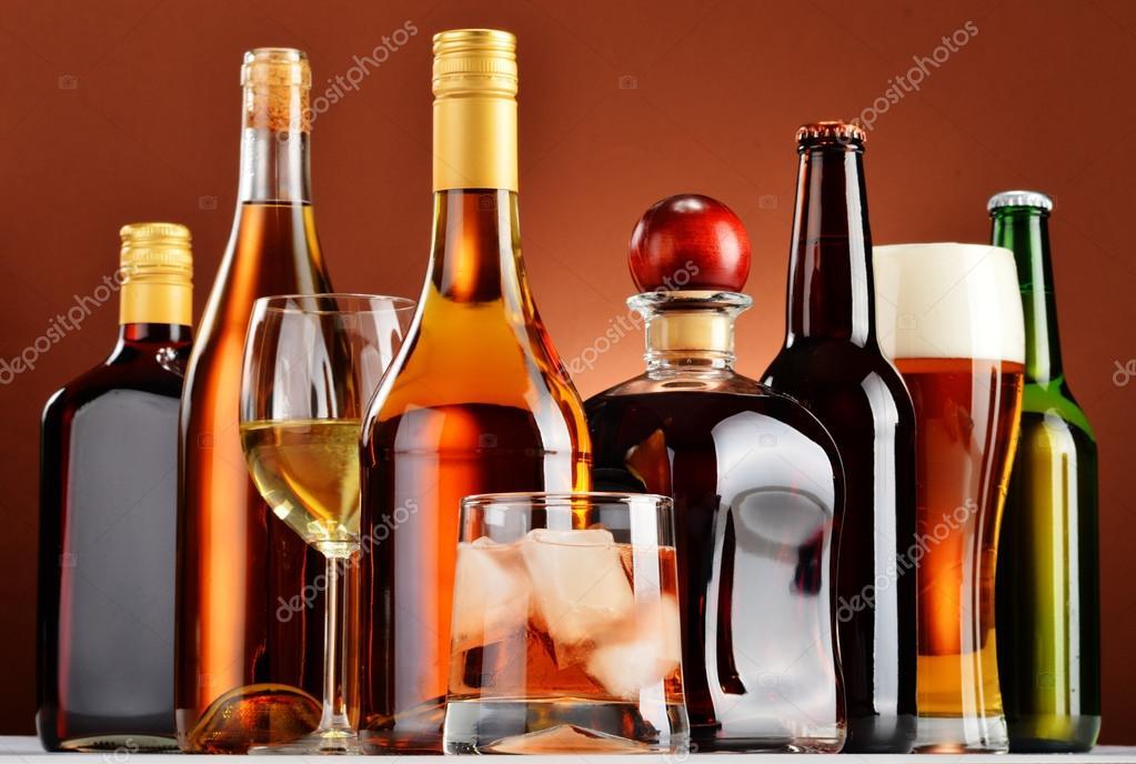 Flaschen und Gläser für verschiedene alkoholische Getränke ...