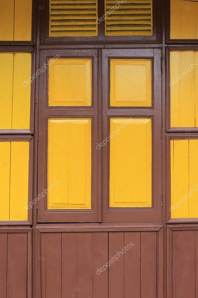 viejas ventanas de madera de estilo con el color pintado de amarillo ...