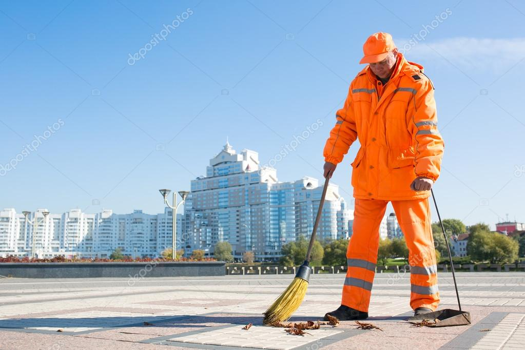 Road sweeper cleaning city street with broom tool — Stock ...