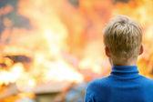 Dítě na hořící dům pozadí