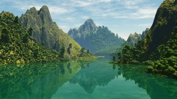 Krásné horské jezero s odrazem nejbližší hor
