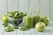 Zelený koktejl s listovým špenátem a jablka