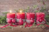 vier rote Weihnachtskerzen